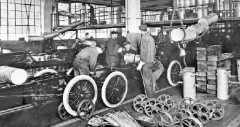 1926. szeptember 25-én Henry Ford bevezeti a napi 8 órás munkaidőt